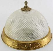 Jugendstil Deckenlampe. Deutsch um 1900. Metallgehäuse und gesteinelter Glaslampenschirm.