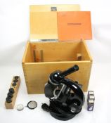Mikroskop. Carl Zeiss. Standard Junior als Reise-Trichinen Mikroskop mit Beleuchtung. Im