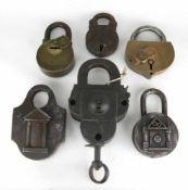 Sechs Schlösser. 18./19. Jahrhundert. Unterschiedliche Materialien. Das große mit Schlüssel.