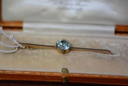 An 18ct gold mounted knife edge bar brooch mounted with a round-cut blue Zircon, 6cm long, Zircon