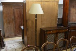 An early 20th century turned oak standard lamp. Exc. fitting 156cm