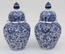 Paar Deckelvasen mit Blaumalerei / A pair of vases with blue-painting, wohl Delft, 19. Jh. Material: