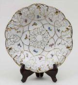 Prunkteller mit Streublumen und goldstaffiertem Blattrelief / A plate with scattered flowers,