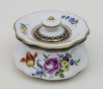 Tintenfass mit Blumenmalerei / An inkwell with flowers, Meissen, nach 1934 Material: Porzellan,