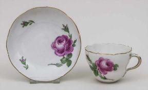 Tasse und Untertasse 'Rote Rose' / A cup and saucer, Meissen, Mitte 20. Jh. Material: Porzellan,