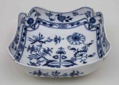 Kleine Gemüseschale mit Zwiebelmuster / A serving bowl with Onion Pattern, Meissen, Mitte 19. Jh.