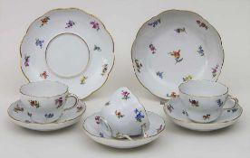 Konvolut Tassen und Schalen mit Streublumen und Goldrand / A collection of cups and bowls with