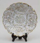 Prunkteller mit reliefiertem Blüten- und Rocaillendekor / A plate with flowers and rocailles,