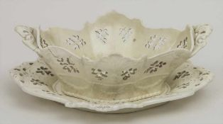 Schale mit Présentoir / A bowl with saucer, wohl Frankreich, Anfang 19. Jh. Material: Cremeware,