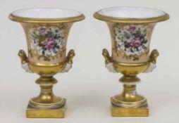 Paar Kratervasen mit Blumenbouquets / A pair of vases with flower bouquets Material: Porzellan,