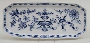 Rechteckige Platte mit Zwiebelmuster / A rectangle dish with onion pattern, Meissen, Mitte 20. Jh.