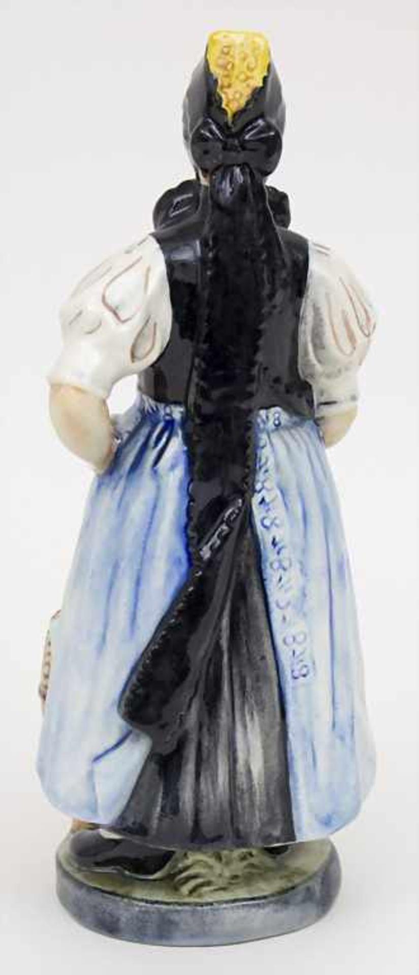 Trachtenfigur 'Tribergerin' / A costumed woman from the Black Forest, Karlsruher Majolika, um 1940 - Bild 2 aus 4