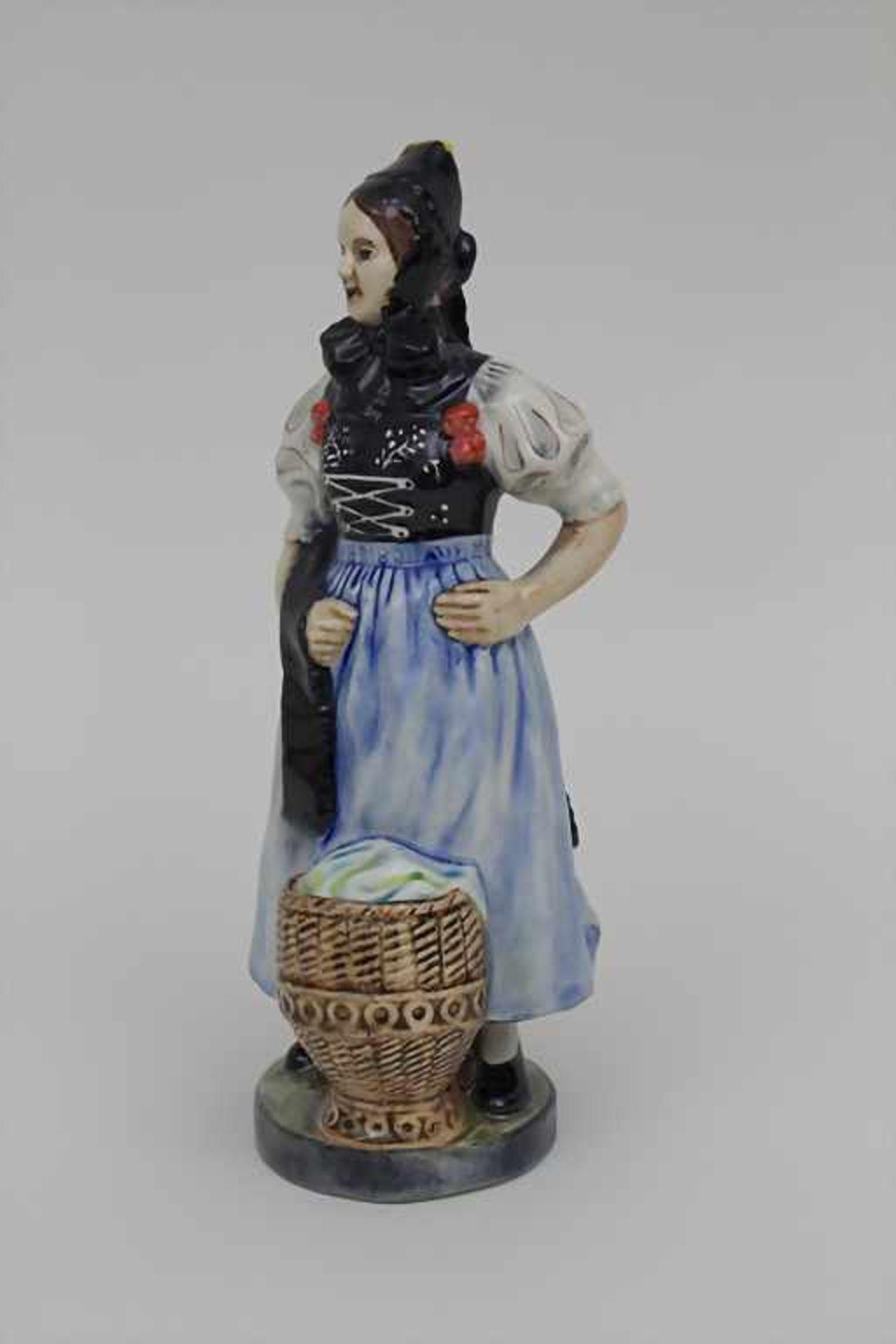 Trachtenfigur 'Tribergerin' / A costumed woman from the Black Forest, Karlsruher Majolika, um 1940 - Bild 3 aus 4