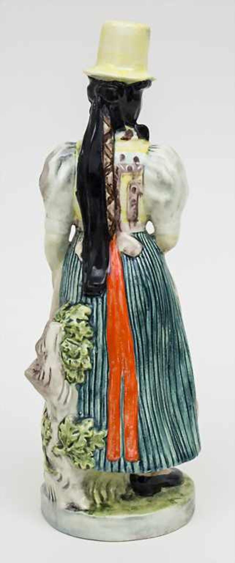 Trachtenfigur 'Tribergerin' / A costumed woman from Triberg, Karlsruher Majolika, um 1950 - Bild 3 aus 4