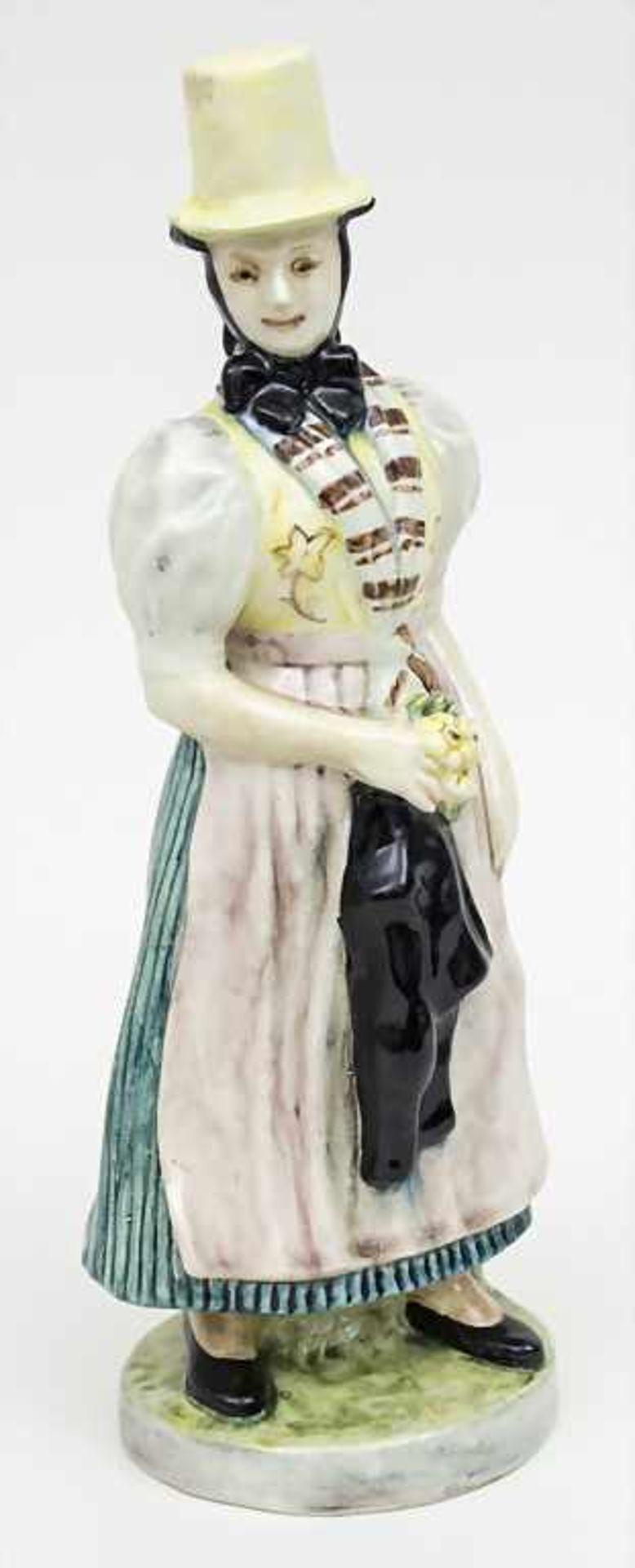 Trachtenfigur 'Tribergerin' / A costumed woman from Triberg, Karlsruher Majolika, um 1950 - Bild 2 aus 4