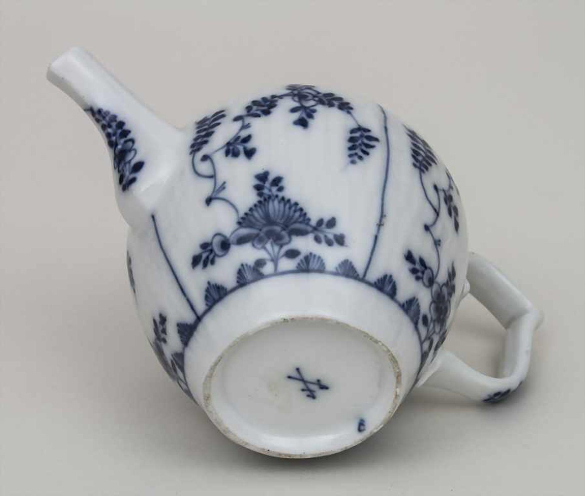 Miniatur Teekanne mit Strohblumen und Stabrelief / A miniature teapot with strawflowers, Meissen, - Bild 2 aus 2