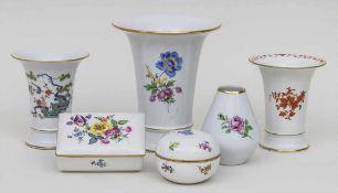 6-teiliges Konvolut Porzellangefäße / A set of 6 porcelain items, Meissen 3 Kratervasen (Indisch