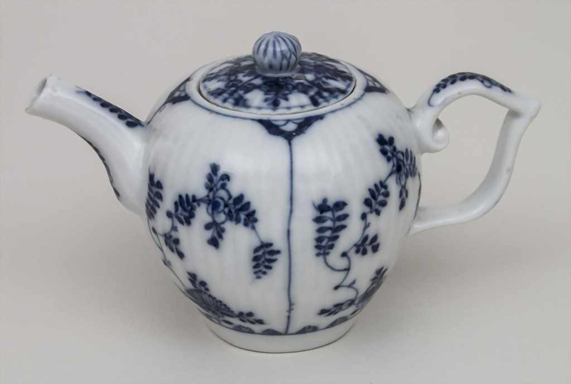 Miniatur Teekanne mit Strohblumen und Stabrelief / A miniature teapot with strawflowers, Meissen,