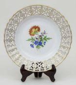 Durchbruchteller mit Blumenmalerei / A reticulated plate with flowers', Meissen, 20. Jh. Material: