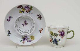 Trembleuse / A chocolat cup, Meissen, ca. 1750 Material: Porzellan, bemalt u. glasiert,Marke: