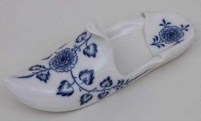 Großer Pantoffel / Schuh / A slipper, Meissen, um 1880 Material: Porzellan, unterglasurblau