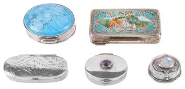 A collection of five Contemporary silver snuff boxes, 20th centurytwo small oval examples one with