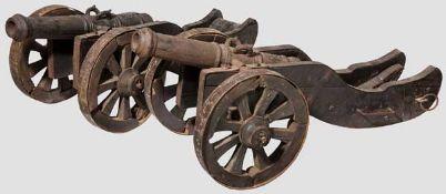 Ein Paar Salut-Kanonen, 19. Jhdt. Jeweils gusseisernes Rohr im Kaliber 5,3 cm mit kanonierter