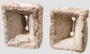 Zwei Schießscharten, süddeutsch, 16./17. Jhdt. Einteilig aus rechteckigen Kalksteinblöcken