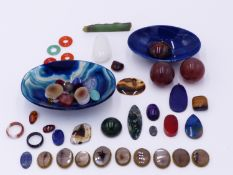 A COLLECTION OF POLISHED AGATES AND OTHER STONES TO INCLUDE TWO CARVED BLUE AGATE BOWLS, LAPIS