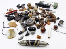 A COLLECTION OF BANDED AGATE AND OTHER BEADS (QTY)