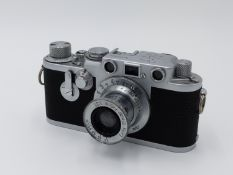 AN ERNST LEITZ LEICA CAMERA S.No. 694033 WITH LEITZ ELMAR F 5cm 1:3.5 LENS