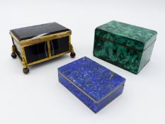 A 19TH CENTURY GILT METAL MOUNTED POLISHED AGATE SMALL BOX WITH HINGED LID, A SIMILAR MALACHITE