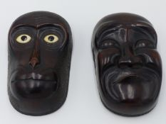 A JAPANESE CARVED WOOD BOX, THE LID DEPICTING A WIDE EYED MONKEY AND THE BASE A CLOSED EYED MAN,