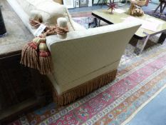 A GOOD QUALITY KNOWLE SETTEE