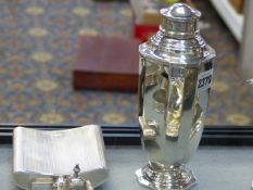 A SILVER OCTAGONAL COCKTAIL SHAKER DATED B'HAM, 1937, 10ozs, 21cms HIGH AND A SILVER SPIRIT FLASK