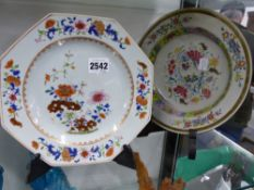 TWO CHINESE EXPORT FAMILLE ROSE PLATES WITH FLOWER DECORATION.