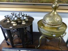 AN INTERESTING PERSIAN BRASS FOOD WARMER WITH PIERCED DECORATION. APPROX 86cms HIGH