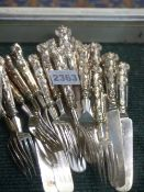 A SET OF TEN SILVER TEA KNIVES AND FORKS, LONDON, 1905, GOLDSMITHS & SILVERSMITHS COMPANY, 28oxs.