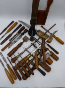 A LARGE 19TH CENTURY CARTWRIGHT'S SCREWDRIVER TOGETHER WITH A COLLECTION OF VARIOUS CARVING AND