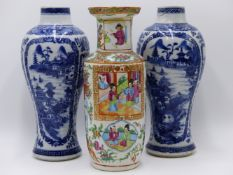A PAIR OF CHINESE EXPORT BLUE AND WHITE BALUSTER VASES (H.26CMS) TOGETHER WITH A CANTONESE VASE. (