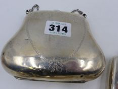 A SILVER EVENING PURSE WITH ENGRAVED HEART SHAPED RIBBON BOW DESIGN. HALLMARKED CHESTER 1909. WEIGHT