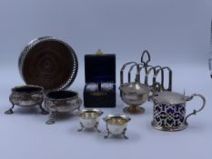 A GOOD SELECTION OF VARIOUS HALLMARKED SILVERWARE TO INCLUDE A C J VANDER WINE COASTER, A HARRODS