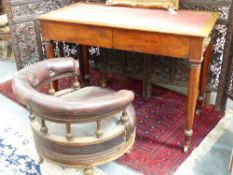 AN EARLY 19th. C. MAHOGANY TWO DRAWER WRITING/LIBRARY TABLE BY T. WILSON, LONDON. INSET TOP WITH