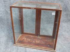 AN EARLY 20th.C.SMALL COUNTER TOP DISPLAY CABINET. W.60cms x H.60 cms.