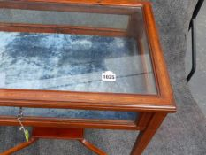 AN EDWARDIAN MAHOGANY AND SATINWOOD BANDED BIJOUTERIE TABLE. W.66cms.