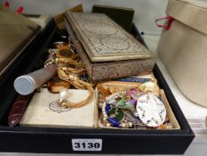 A SELECTION OF MIXED VINTAGE COSTUME JEWELLERY.