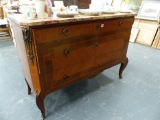 A FRENCH MARBLE TOP THREE DRAWER COMMODE WITH BRASS MOUNTS.