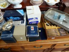 A QTY OF VARIOUS PLATEDWARE AND A PAIR OF HALLMARKED SILVER NAPKIN RINGS.