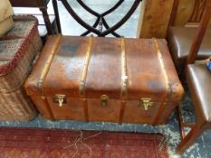 A GOOD VINTAGE LEATHER TRAVELLING TRUNK