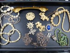 A QUANTITY OF EARLY 20th. C. JEWELLERY TO INCLUDE JADE BEADS, ETC.